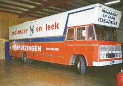 De eerste officiele verhuisauto in onze kleuren.
